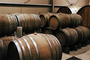 彼のワインはステンレスタンクで一年もゆっくりと発酵を続け、古樽で二年というゆっくりとした熟成を経て、瓶詰めされます